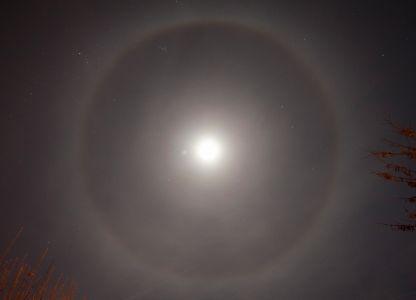 """<a href=""""http://saplimoges.fr/limage-du-mois-de-janvier-2016-un-halo-lunaire-a-22/""""><b>Halo et couronne lunaire (©2016 Michel Vampouille, saplimoges)</b></a>"""