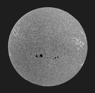 """<a href=""""http://saplimoges.fr/limage-du-mois-daout-2016-taches-solaires/""""><b>Accentuation des détails du disque solaire  (© 2016 Denis Lefranc, saplimoges)</b></a>"""