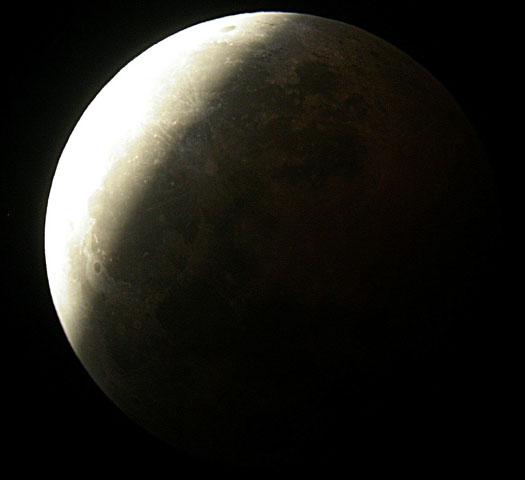 Lune semi-éclipsée