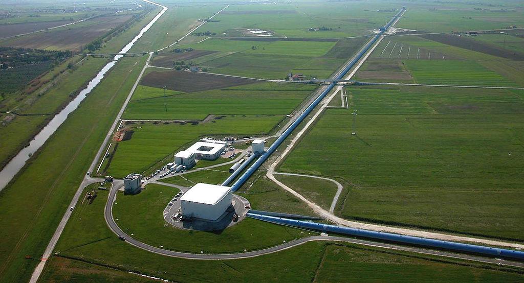 Vue aérienne de l'interféromètre géant Virgo, près de Pise. @ The Virgo collaboration, CC0.