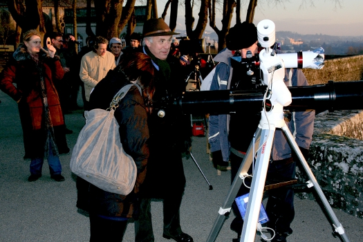 Observation de l'éclipse à travers les instruments munis de filtres